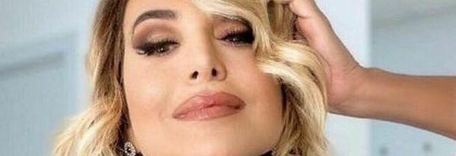 """Barbara d'Urso è fidanzata? La conduttrice risponde al gossip e """"mostra"""" il suo """"Tapiro"""""""