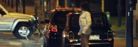 Perde il portafogli al distributore, prostituta lo riconsegna ai carabinieri