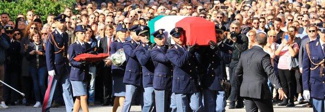 Poliziotti uccisi, folla al funerale: «Non vi dimenticheremo mai»