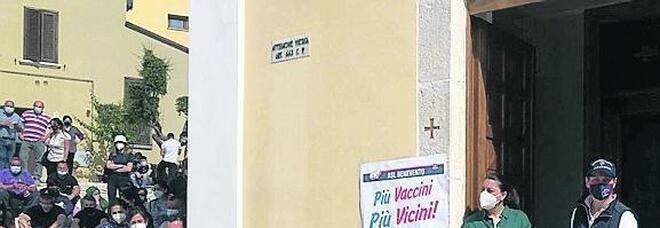 Benevento, la chiesa tra preghiere e sieri: in fila tanti giovani e Lucioni