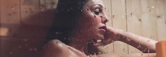 Anna Tatangelo, foto nuda in sauna per smaltire il pranzo di Pasqua. Fan impazziti: «Come fa a stare su l'asciugamano?»