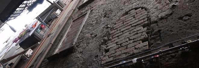 Napoli, c'è un palazzo abbandonato da 60 anni: la denuncia dei residenti