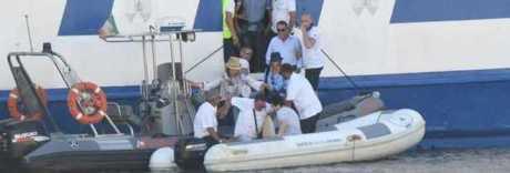 Traghetto si arena nel porto di Ischia, passeggeri sbarcano con i gommoni