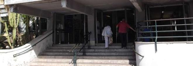 Napoli, la moda della villeggiatura in ospedale: i pazienti sani al San Paolo diventano due. E arriva la polizia