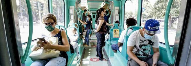Si rifiuta di indossare la mascherina sul tram: il conducente ferma il mezzo, 41enne denunciato