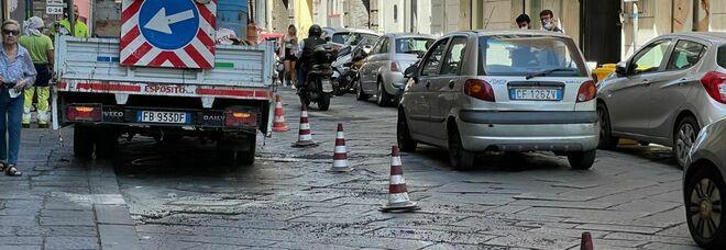 Napoli, caos intorno alla Galleria Vittoria: le strade non reggono alle troppe auto e sprofondano