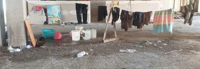 Immigrati trasformano il centro commerciale in case tugurio: blitz dei vigili urbani a Eboli