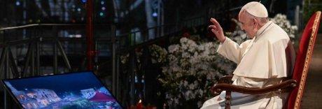 Via Crucis, il Papa al Colosseo: «Apriamo le porte ai migranti»