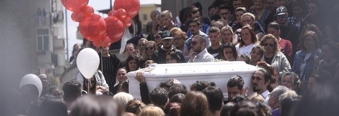 I funerali di raffaella travolta dal treno applausi e for Il mattino di napoli cronaca