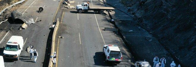 Camion carico di carburante esplode per strada: almeno 14 morti nel violento incidente