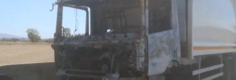 Racket della raccolta rifiuti Non paghi? Camion a fuoco