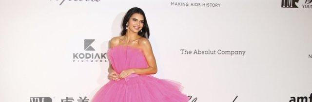 Kendall Jenner bellissima in rosa a Cannes: e l'abito Giambattista Valli sarà nei negozi H&M