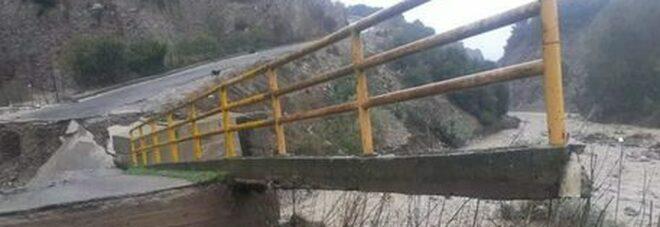 Crotone, il maltempo non dà tregua: crolla ponte a Melissa. Il Comune: «Restate a casa»