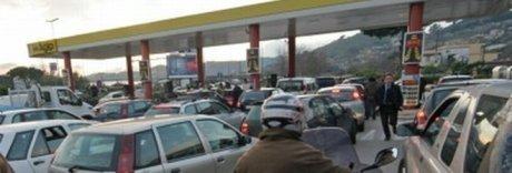 Rifornimento gratis in Tangenziale, al proprietario intestate 900 auto