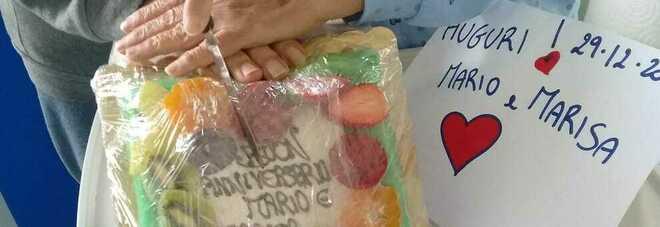 Coppia di anziani contagiata dal Covid festeggia in ospedale i 56 anni di matrimonio: la torta donata da medici e infermieri