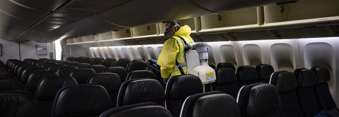 Sanificazione di un aereo all'aeroporto Charles de Gaulle di Parigi