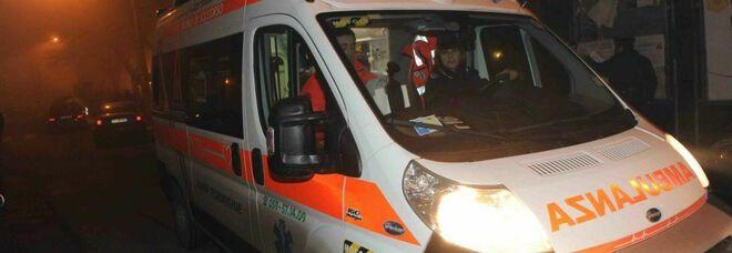 Falciato da un'auto mentre spinge il motorino: muore ragazzo di 16 anni