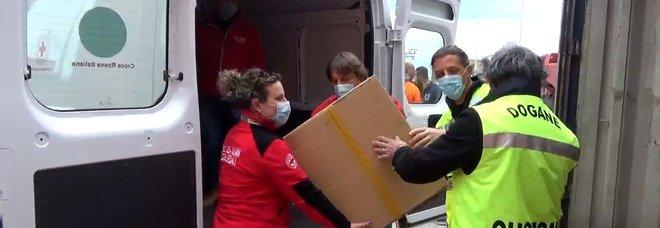 Undicimila paia di scarpe sequestrate con false griffe consegnate alla Croce Rossa per i bisognosi