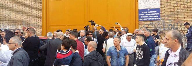 Napoli, la squadra dello scudetto trova lo stadio San Paolo chiuso Bruscolotti: è una vergogna | Video