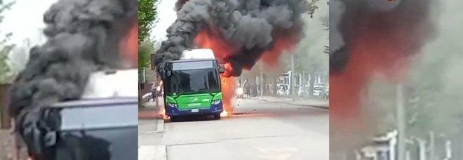Bus prende fuoco a Verona: il motore si spegne, poi le fiamme avvolgono il mezzo