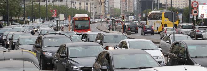 Napoli, 25 aprile nel traffico:  «Paralizzati in auto a via Marina»