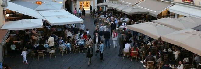 Il Golfo di Napoli «dimentica» il Covid: arrivano vip e stranieri a Capri e Ischia