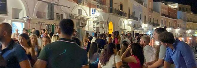 Ponza, nessuna mascherina e tanti assembramenti: cade nel vuoto l'ordinanza del sindaco Ferraiuolo