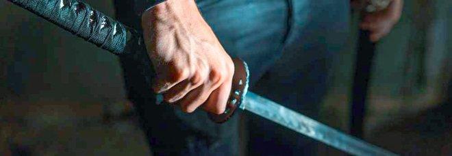 Pomigliano, terrore nella movida: minaccia la ex con una katana