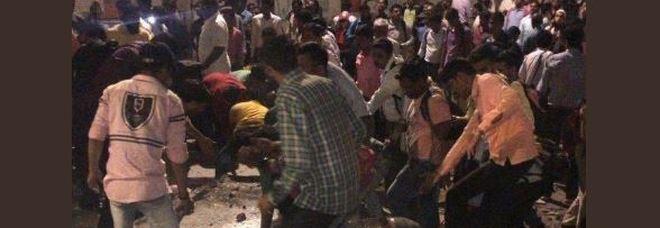 Crolla un ponte pedonale in India a Mumbai, numerosi feriti, si temono morti