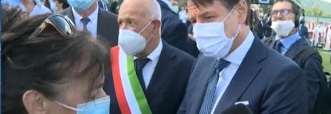 Conte ad Amatrice, una donna lo blocca: «Mio marito suicida per lo choc». Il premier: «Verrò da lei»