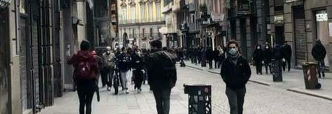 Covid a Napoli, una domenica a due facce: folla in centro e deserto sul lungomare