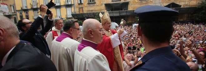 Napoli, ore 11,22: il «miracolo» di San Gennaro si ripete: il sangue si è sciolto. Sepe: «La violenza non prevarrà»