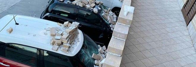 Maltempo, balcone cade sulle auto in sosta, gruppo di ragazzi intrappolato nella Villa comunale