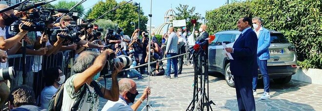 Berlusconi e il Covid, oggi le dimissioni dal San Raffaele: rimarrà in isolamento ad Arcore
