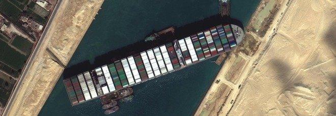 Suez non si sblocca, coda di 370 navi: molti decidono per il periplo dell'Africa