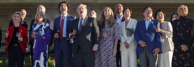 Barbecue in spiaggia, senza mascherine né distanziamento sociale: i leader del G7 scatenano polemiche sul Web
