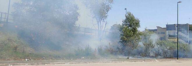 Napoli, sterpaglie e alberi a fuoco a ridosso del Palavesuvio di Ponticelli
