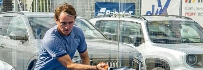 Pescara, sorpresa sul campo di padel: gioca il ct azzurro Roberto Mancini