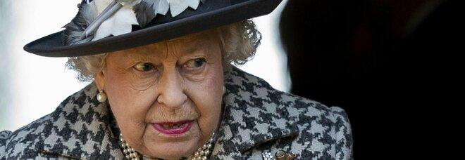 Regina Elisabetta, il biografo: «Ha confidato che potrebbe abdicare. Ma solo a due condizioni»