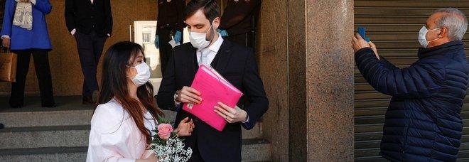 Coronavirus, ai matrimoni via l'obbligo della mascherina per gli sposi: torneranno a baciarsi sull'altare