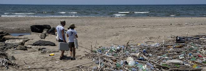 Il mare non bagna Pozzuoli: tuffi vietati da Licola a Cuma