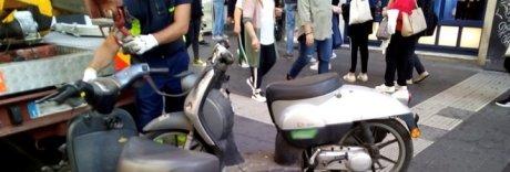 Carcasse di motorini e paletti abusivi, «bonifica» dai Quartieri a Montesanto