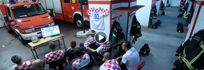 Rakitic sta per calciare il rigore decisivo ma suona la sirena: la reazione dei vigili del fuoco croati è magnifica Video