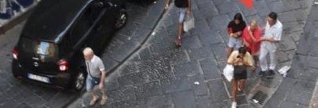 Napoli, raid alla Pignasecca: turista scippata e trascinata a terra