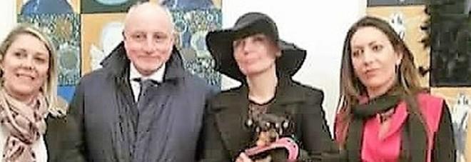 L'artista Barbara Karwowska (al centro, con il cappello nero) tra la curatrice della mostra Fedela Procacini (in rosso) e il console onorario della Polonia Dario dal Verme