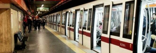 Roma, ragazza tenta il suicidio alla Metro San Giovanni: il treno le passa sopra, è indenne