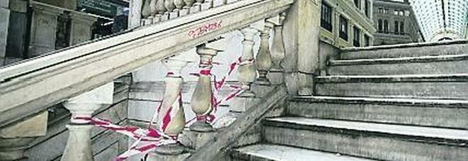 Galleria Umberto come un suk: clochard, tavolini e rifiuti