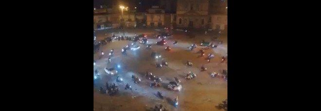 Piazza Mercato, l'inferno notturno continua: «Invasi dagli scooter fino alle 4 del mattino»