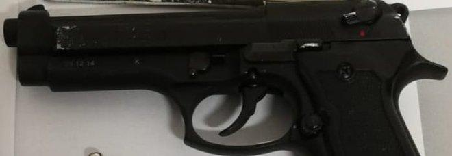 Massa di Somma, rapina con la pistola la fede nuziale ma cade dallo scooter: arrestato