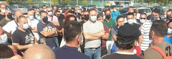 Stellantis Pomigliano ferma, Fiom ai cancelli 10 anni dopo: «Intervenga il governo»